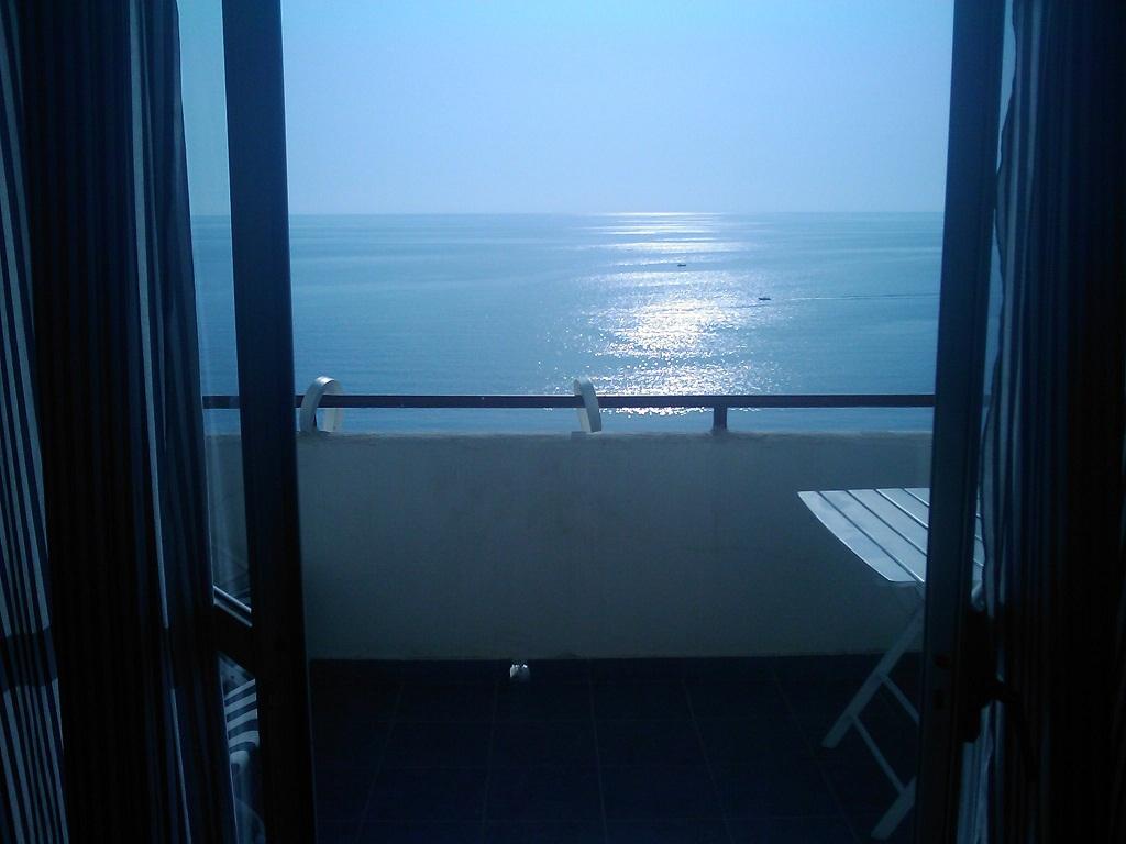 Фото студии, расположенной в 50 метрах от пляжа. Скалея. Район Байя дель Карпино. Резиденция Каза Альберго